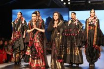 FDCI Lotus Makeup India Fashion Week: Karisma Kapoor Turns Showstopper for Designer Sanjukta Dutta