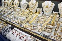 Consumers shift to big players for buying gold