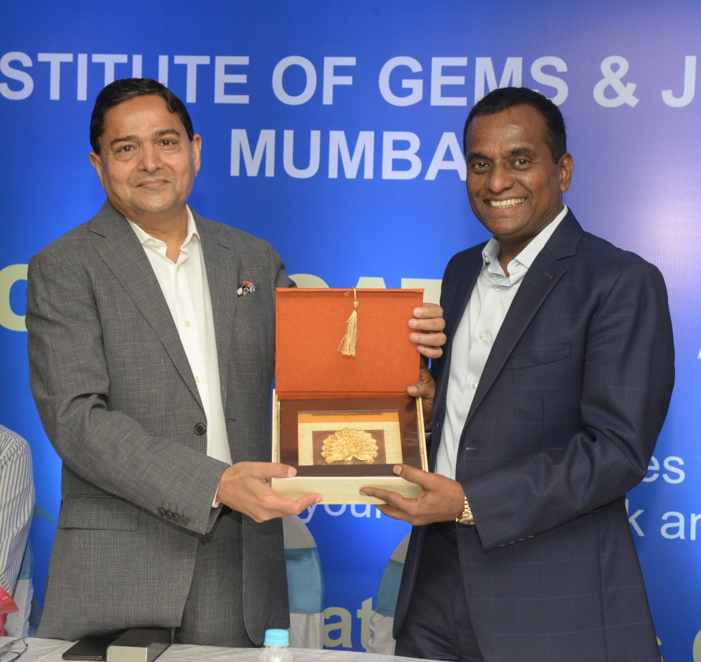 Mr. Kirit Bhansali, Chairman IIGJ Mumbai presenting a momento to Chief Guest - Mr. K. Srinivasan
