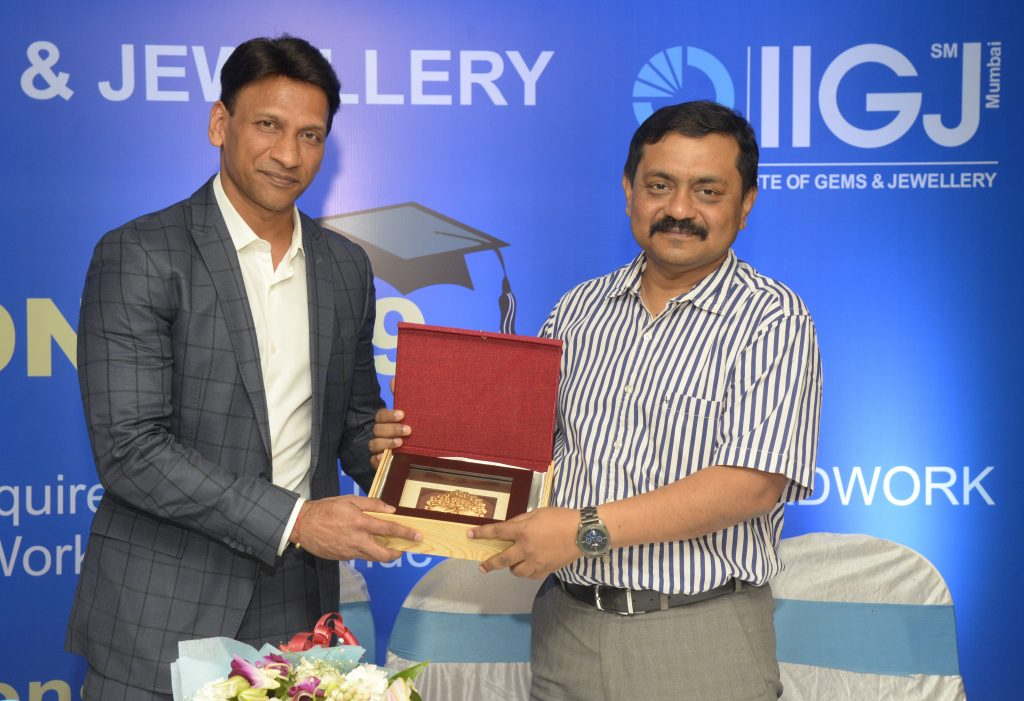 Mr. Sabyasachi Ray, Executive Director GJEPC presenting a momento to Guest of Honor - Mr. AlkMr. Sabyasachi Ray, Executive Director GJEPC presenting a momento to Guest of Honor - Mr. Alkesh Shahesh Shah