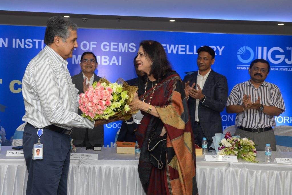 Mrs. Namita Pandya, Director IIGJ Mumbai felicitating Mr. Anoop Mehta, President BDB