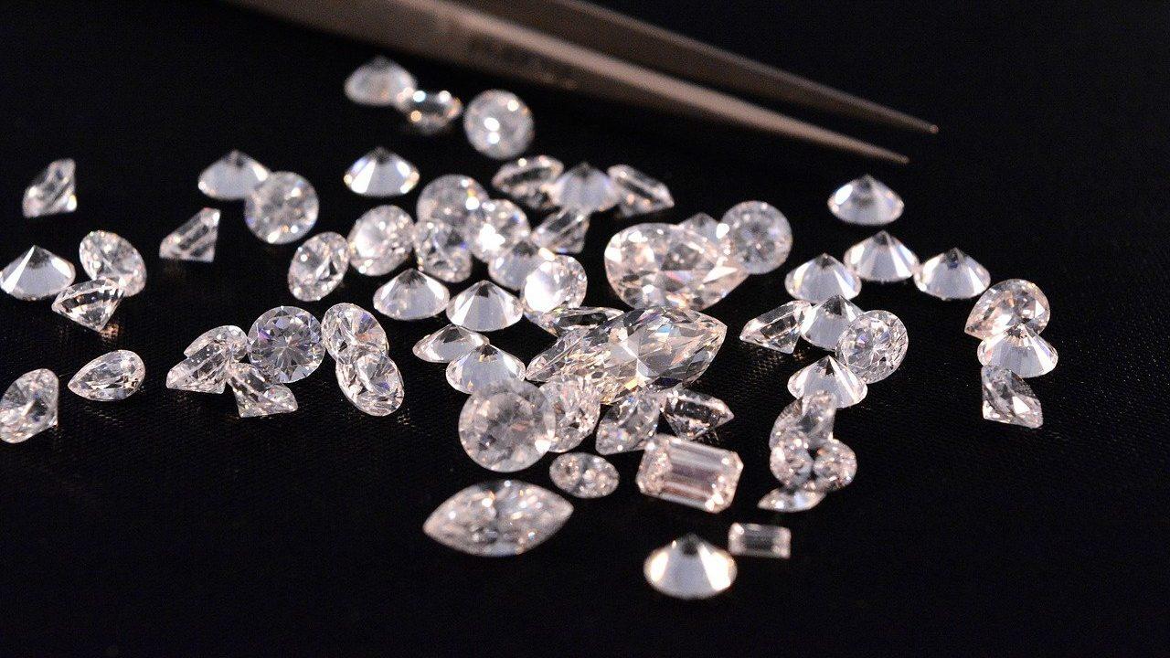 I-T raids Gujarat diamond trader, unearths Rs 518 crore worth sale-purchase deeds